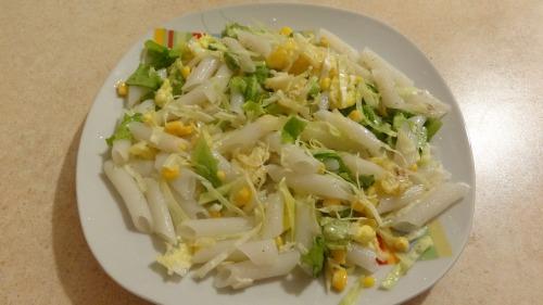 Теплий салат з рисовими макаронами