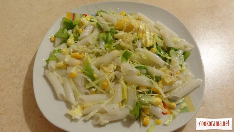Теплый салат с рисовыми макаронами