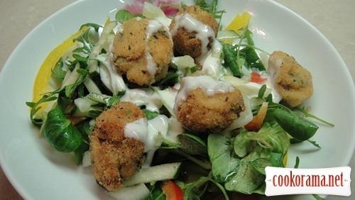 Теплий салат з рибними кульками