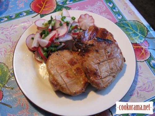 Свинні стейки в маринаді з часником і травами