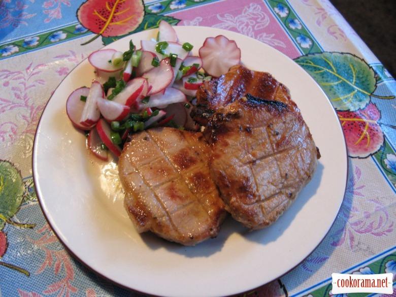 Свиные стейки в маринаде с чесноком и травами