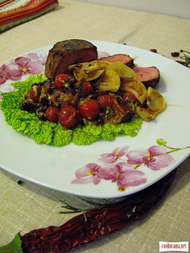 Говяжий стейк с соусом из клюквы и томатов черри