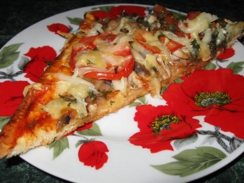 Піца з грибами і куркою