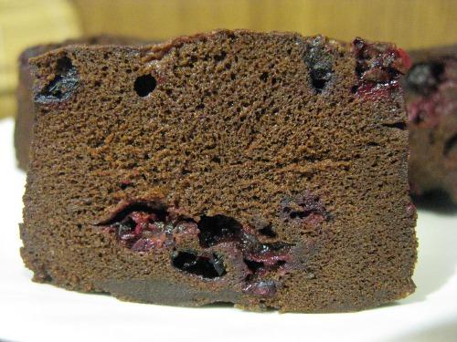 Шоколадне клафуті з чорною смородиною