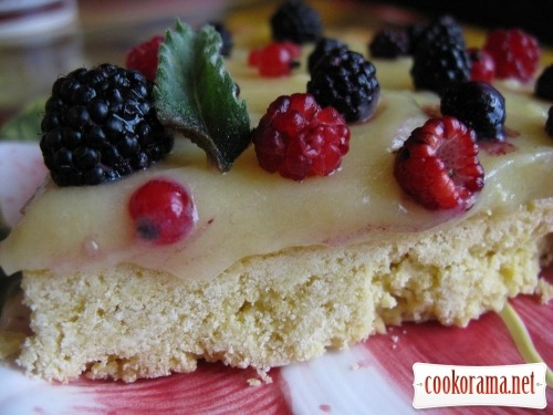 Shortcake with custard and berries