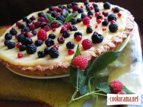 Пісочний пиріг з заварним кремом і ягодами