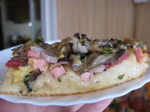 Пицца с колбасой и вешенками