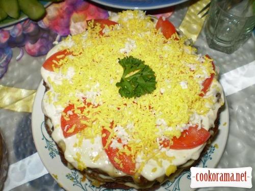 Печеночный торт с овощами и чесночным соусом