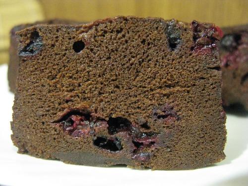 Шоколадное клафути с черной смородиной