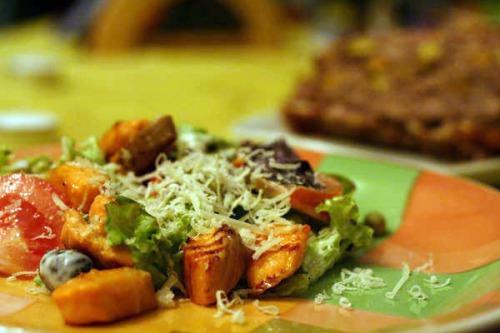 Тепла салатка з фореллю