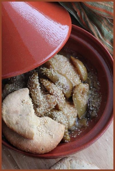 Тажин с курицей и карамельными грушами и марокканская ксра