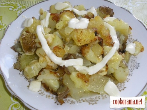 Potatoes in their jackets fried with cheese