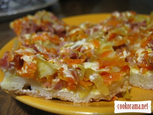 Пицца-пирог с овощами и сметаной
