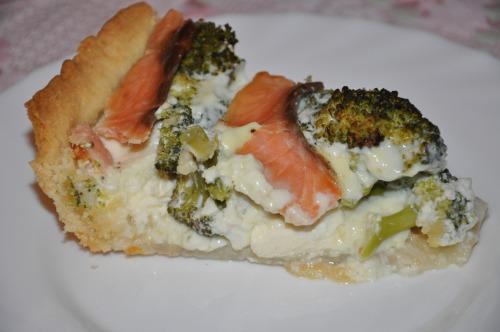 Пирог с лососем и брокколи