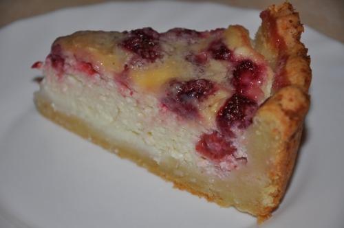 Творожный пирог с малиной и белым шоколадом
