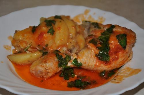 Курица в томатном соусе с грибами и картошкой