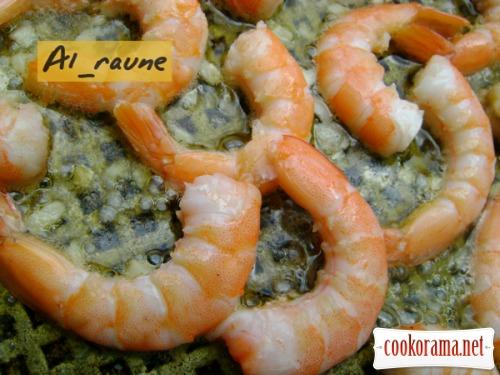 Креветки, обжаренные в оливковом масле с чесноком, поданные с золотистым рисом!