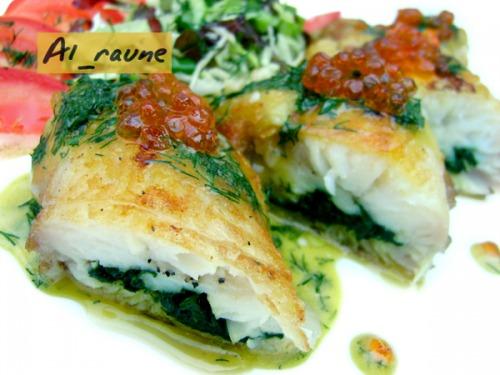 Рибне філе, фаршироване шпинатом, під гірчично-кроповим соусом з червоною ікрою!