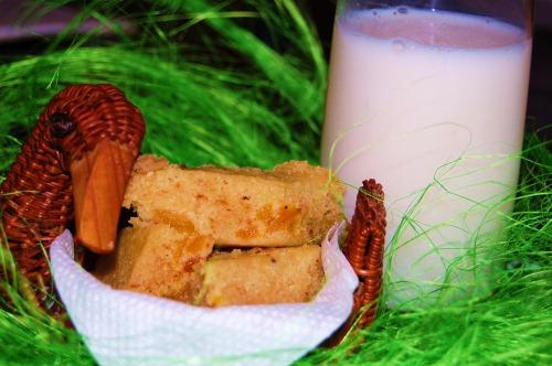 Медовый бисквит с орехами и курагой