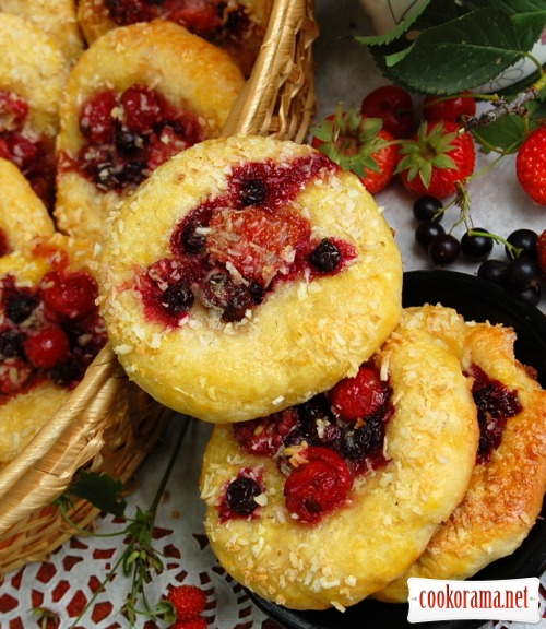 Cheese buns with berries