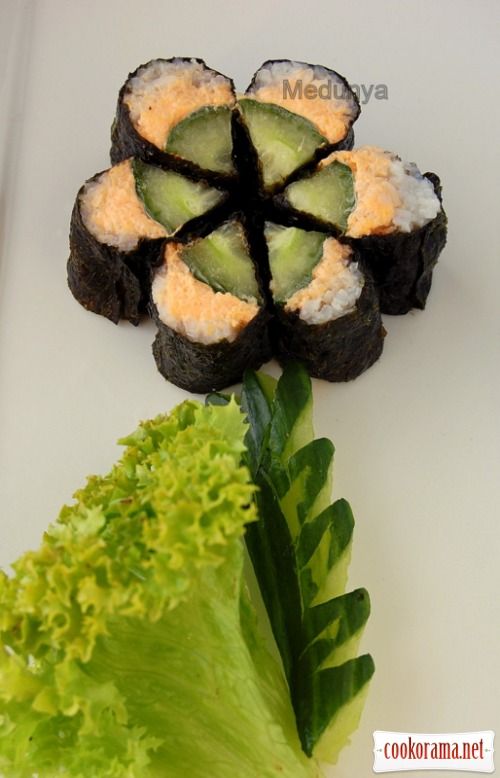 Sushi with cucumber and smoked capelin caviar «Flower»