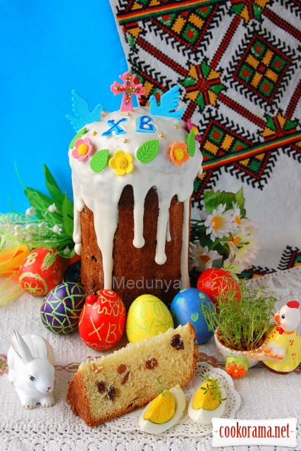«Fluffy» Easter cake with sour cream and melted milk