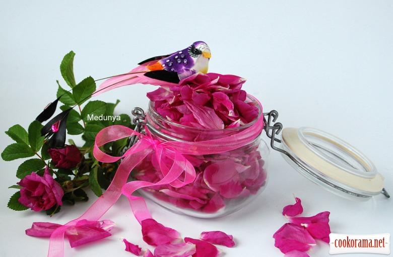 Варення з пелюсток троянд(варення з рожі), а також сухе  горіхово-трояндове варення