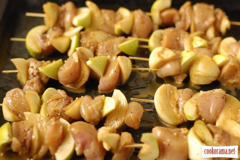 Курячі шашлички з яблуками