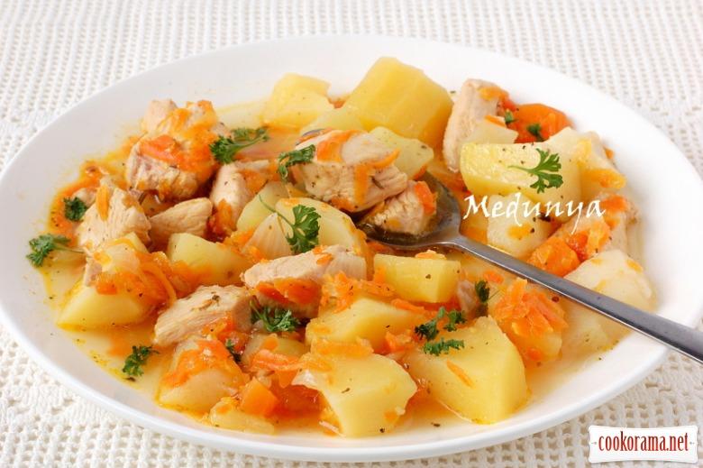 Картопля, тушкована з куркою і овочами в мультиварці