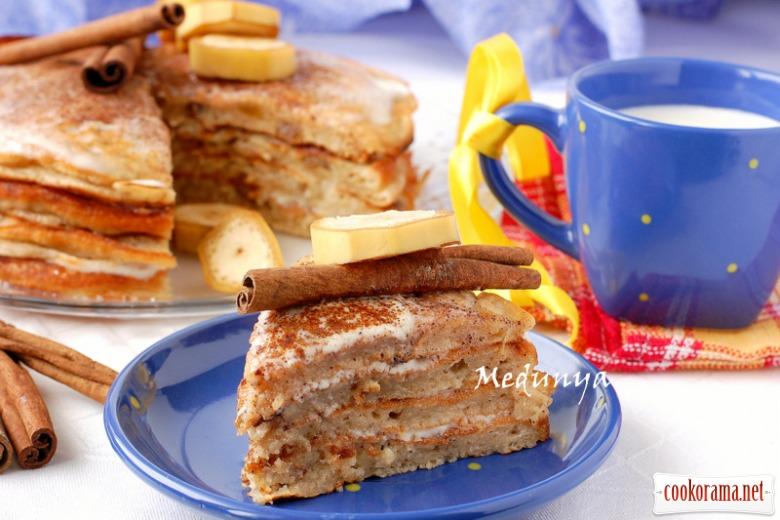 Банановий млинцевий торт з родзинками і корицею