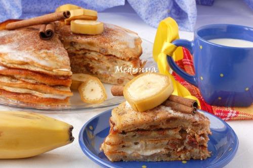 Банановый блинный торт с изюмом и корицей