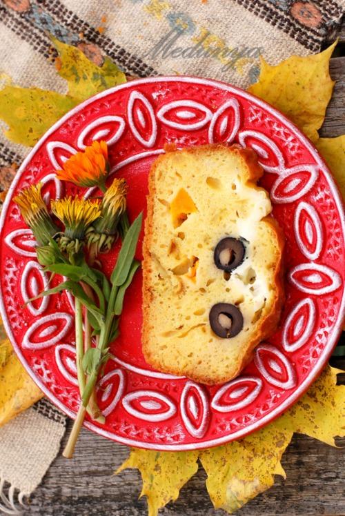 Закусочный кекс с тыквой, маслинами и брынзой