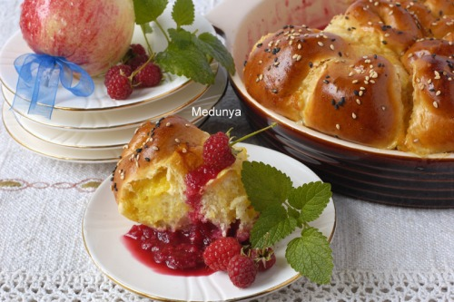 Buns with custard on raspberry-apple basis