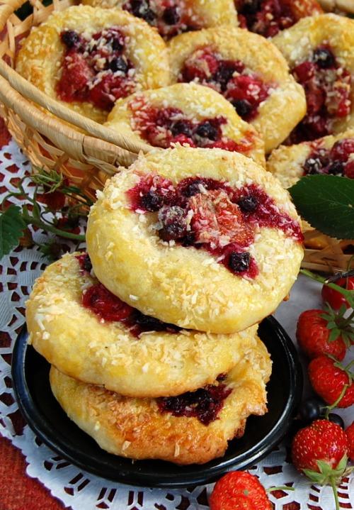 Творожные плюшки с ягодами