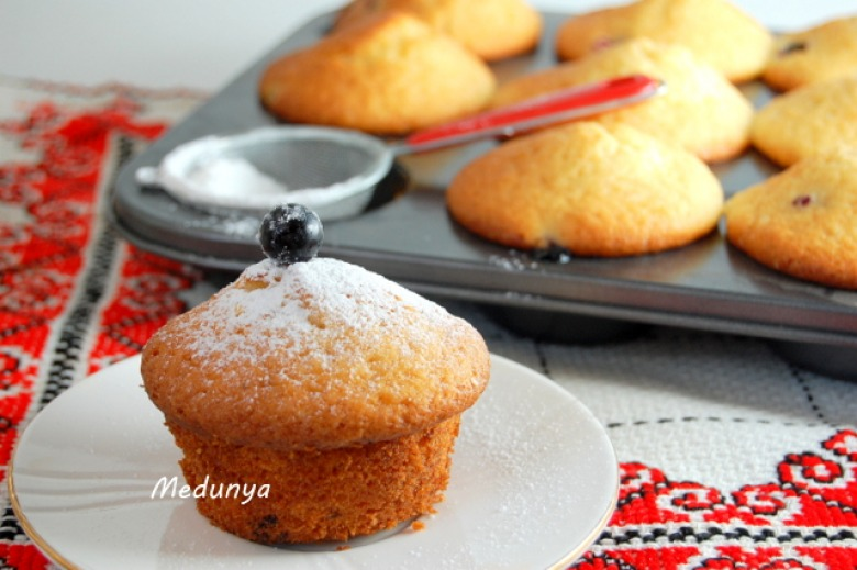 Sour cream cakes with currants