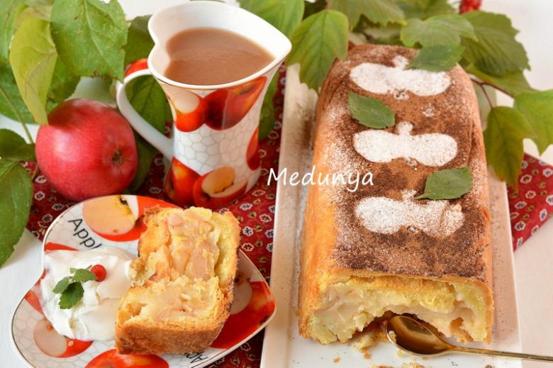 Яблучний пиріг з ніжною заливкою