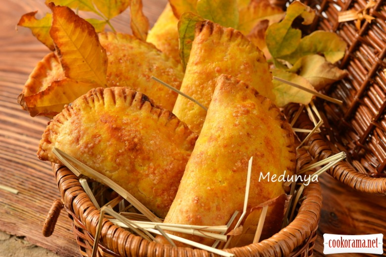 Сирні пиріжки з пікантною яблучною начинкою
