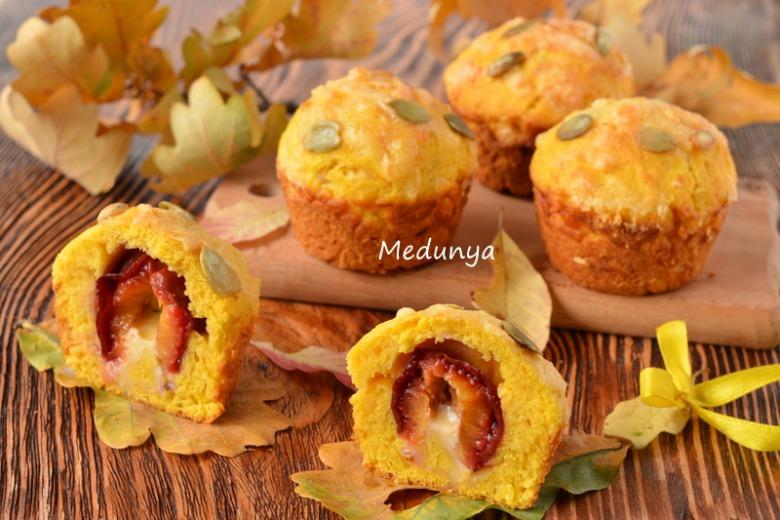 Закусочні гарбузові кекси з пряною сливою і грибним соусом