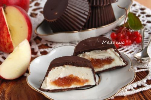 Сырки в шоколаде с яблочной начинкой