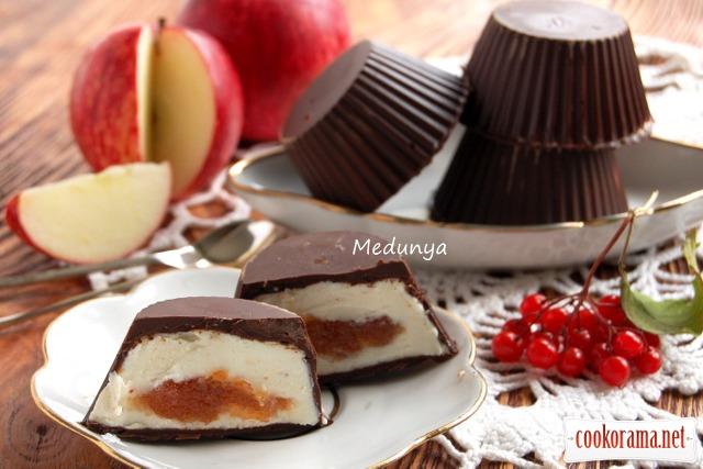 Сирки в шоколаді з яблучною начинкою