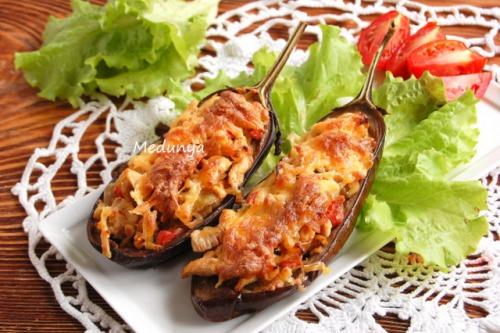 Баклажани фаршировані курятиною і овочами