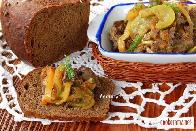 Закуска із баклажанів, перцю і курячої печінки