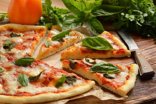 Піца з моцареллою і базиліком