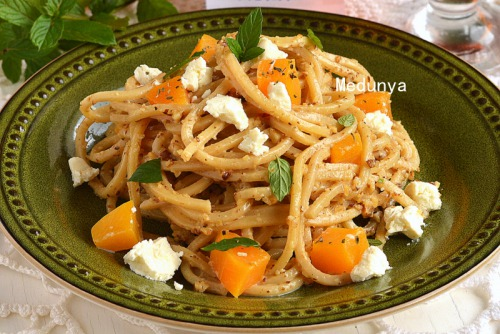 Спагетті в вершково-горіховому соусі з печеним гарбузом та фетою