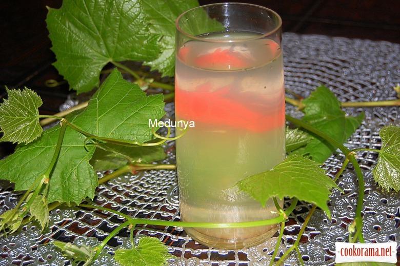Освежающий напиток из виноградных листьев