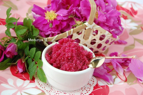 Варенье из лепестков роз (варенье из розы), а также сухое орехово-розовое варенье