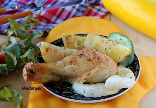 Куриные голени, запеченные в сметанно-луковом соусе