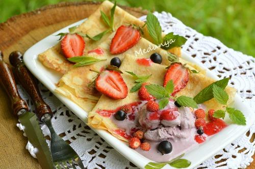 Тоненькие блинчики с чернично-творожным мороженым и ягодами