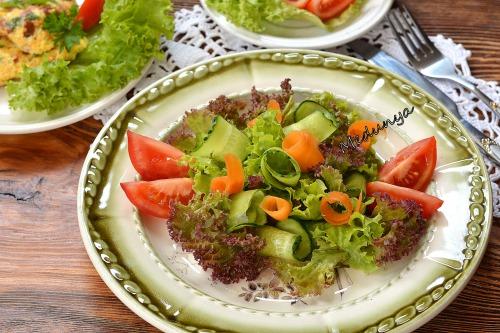 Салат зі свіжих овочів з медово-лимонною заправкою