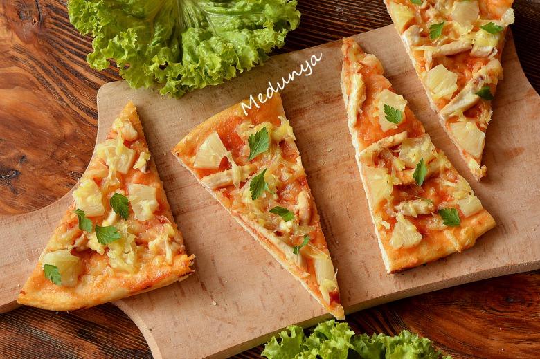 Піца з куркою та ананасами